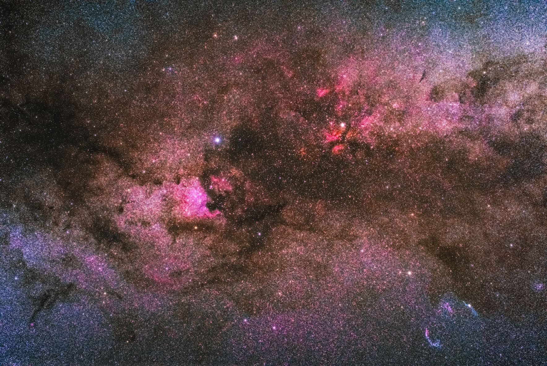 Észak-Amerika köd (NGC 7000), Gamma Cygni köd (IC 1318) és a Fátyol köd (Caldwell 33 Caldwell 34)